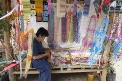 Het mensen scherpe document voor het maken van kleurrijke lannavlag FO van Thailand Stock Foto