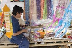 Het mensen scherpe document voor het maken van kleurrijke lannavlag FO van Thailand Stock Foto's