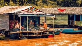 Het mensenleven in een Drijvend dorp op het Tonle-Sapmeer Stock Foto
