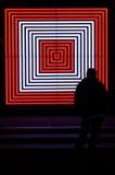 Het mensensilhouet bekijkt vierkantenneonlichten Royalty-vrije Stock Foto