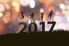 Het mensensilhouet viert het nieuwe jaar van 2017 Stock Fotografie