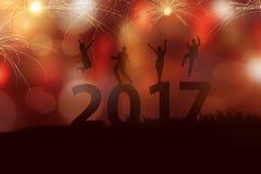 Het mensensilhouet viert het nieuwe jaar van 2017 Stock Foto's