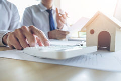 Het mensenteken een huisverzekeringspolis inzake huisleningen, Agent houdt lening Royalty-vrije Stock Afbeeldingen