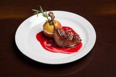 Het menu - foto - heerlijke eend in kersensaus Stock Foto's