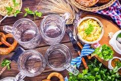 Het menu van het Oktoberfestvoedsel, Beierse worsten met pretzels, stampte aardappel, zuurkool, bier fijn stock afbeelding