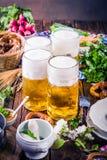 Het menu van het Oktoberfestvoedsel, Beierse worsten met pretzels, stampte aardappel, zuurkool, bier fijn royalty-vrije stock foto