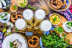 Het menu van het Oktoberfestvoedsel, Beierse worsten met pretzels, stampte aardappel, zuurkool, bier fijn stock fotografie