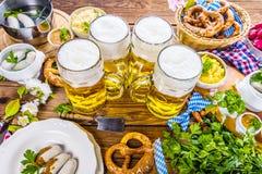 Het menu van het Oktoberfestvoedsel, Beierse worsten met pretzels, stampte aardappel, zuurkool, bier fijn royalty-vrije stock fotografie