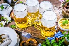 Het menu van het Oktoberfestvoedsel, Beierse worsten met pretzels, stampte aardappel, zuurkool, bier fijn royalty-vrije stock afbeeldingen