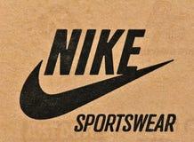 Het merk en het embleem van Nike op karton Stock Afbeelding