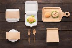 Het merk van het ontwerpconcept van modelhamburger op houten achtergrond wordt geplaatst die stock foto's