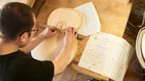 Het merken en het Kleven van footer en steun aan soundboard van klassieke gitaar royalty-vrije stock foto's