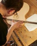 Het merken en het Kleven van footer en steun aan soundboard van klassieke gitaar stock foto