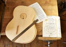 Het merken en het Kleven van footer en steun aan soundboard van klassieke gitaar royalty-vrije stock foto