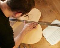 Het merken en het Kleven van footer en steun aan soundboard van klassieke gitaar royalty-vrije stock afbeelding