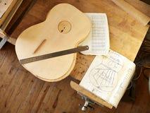 Het merken en het Kleven van footer en steun aan soundboard van klassieke gitaar royalty-vrije stock afbeeldingen