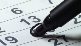 Het merken van de datum op de kalender stock videobeelden