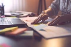 Het merken van de pagina's op een contract met kleverige nota's stock fotografie