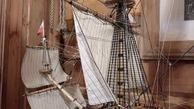 Het Mes Cruys van Mizzen Bom van het boegsprietgrootzeil mizzen zeilen en masten op de lay-out van het oude houten oorlogsschip stock video