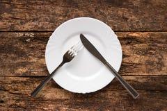 Het mes en de vork op de plaat zijn als pauze stock fotografie