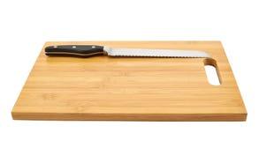 Het mes van de staalkeuken op scherpe raad Royalty-vrije Stock Afbeelding