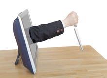 Het mes in zakenmanhand leunt TV-uit het scherm Royalty-vrije Stock Foto