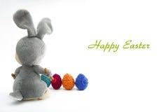 Het Met de hand gemaakte Konijntje van Pasen met Eieren in Mand Royalty-vrije Stock Afbeeldingen