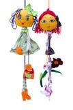 Het met de hand gemaakte poppenspeelgoed isoleerde dunne vrolijke meisjes i Stock Afbeeldingen