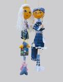 Het met de hand gemaakte poppenspeelgoed isoleerde dunne vrolijke meisjes in modieus Stock Afbeeldingen