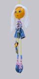 Het met de hand gemaakte poppenstuk speelgoed isoleerde dun blond vrolijk meisje in jeans dre Stock Afbeelding