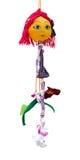 Het met de hand gemaakte poppenstuk speelgoed isoleerde dun vrolijk meisje in korte kledingswi Stock Fotografie