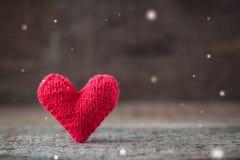 Het met de hand gemaakte rode gebreide Valentine-hart op rustieke houten achtergrond met feeën voert en kopieert ruimte uit Royalty-vrije Stock Foto