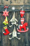 Het met de hand gemaakte speelgoed van de Kerstmisdecoratie op houten achtergrond Stock Foto's