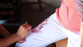 Het met de hand gemaakte Thaise stijljeans schilderen stock footage
