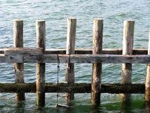 Het met de hand gemaakte touwladder hangen neer van de houten polen Stock Afbeelding