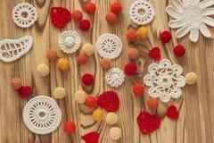 Het met de hand gemaakte wit haakt patroon, het breien, het naaien Kerstmis, kersttijd, de dag van Valentine Stock Foto