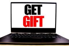 Het met de hand geschreven tekst tonen krijgt Gift Bedrijfsconcept die voor Vrije die Shoping-Coupon schrijven op het monitor voo royalty-vrije stock foto