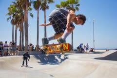 het met een skateboard rijden bij het strand van Venetië Royalty-vrije Stock Fotografie