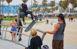 het met een skateboard rijden bij het strand van Venetië Stock Fotografie
