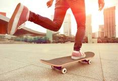 Het met een skateboard rijden bij stad Stock Foto's
