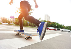 Het met een skateboard rijden bij stad Royalty-vrije Stock Foto