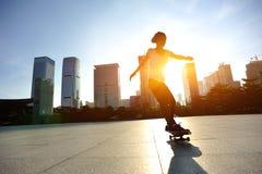 Het met een skateboard rijden bij stad stock fotografie