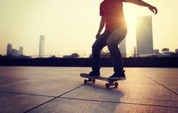 Het met een skateboard rijden bij zonsopgangstad royalty-vrije stock foto's