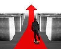 Het met een skateboard rijden op rode pijl door 3d Labyrint Stock Afbeeldingen