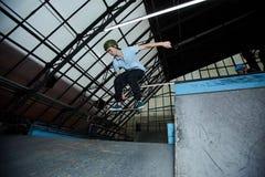 Het met een skateboard rijden op stadion stock afbeeldingen