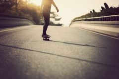 Het met een skateboard rijden op stadsstraat Royalty-vrije Stock Afbeeldingen