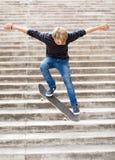 Het met een skateboard rijden van de jongen stock afbeelding