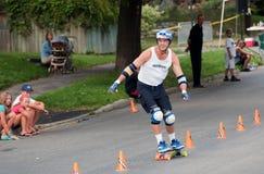 Het Met een skateboard rijden van de Slalom van de wereld stock afbeelding