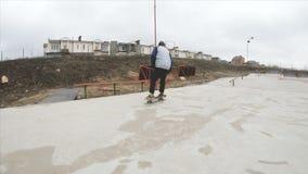 Het met een skateboard rijden van de tienermens in skatepark extreme sport in langzame motie 4K Genomen op Gopro 6 zwarte stock footage