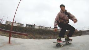 Het met een skateboard rijden van de tienermens in skatepark extreme sport in langzame motie 4K Genomen op Gopro 6 zwarte stock video